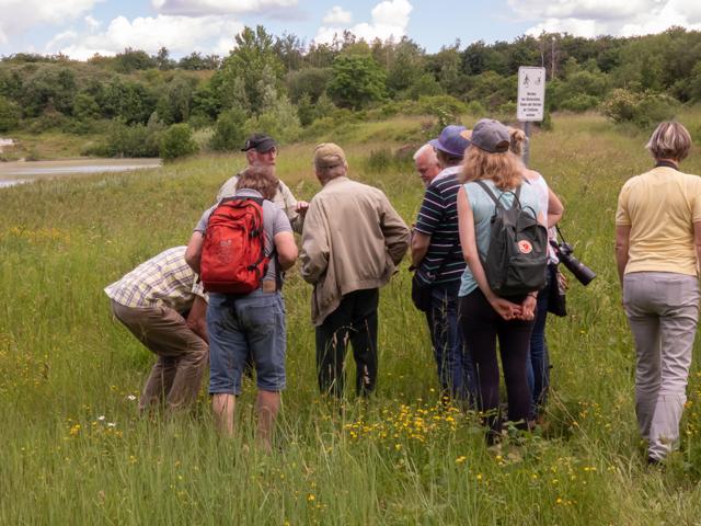 Franz-Josef Henckenmeier (hinten links) mit den Teilnehmer inm Gelände  der Grube Rolf.  Foto: Edgar Mertens