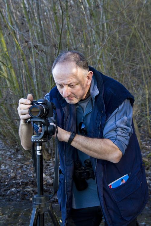 Harald Bender hat in seinem Spektiv einen Wasservogel im Visier