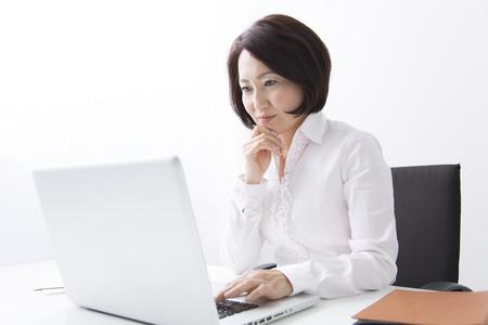 ホームページWebサイトにあるブログを真剣に読む女性経営者
