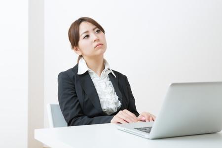 ホームページ作りに悩む女性起業家