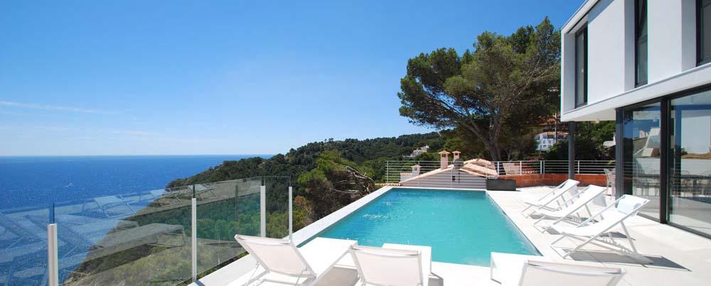 Belle villa de luxe de design moderne et minimaliste à louer pour les vacances à Begur