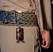 Forma de llevar el inro con el ojime y netsuke.