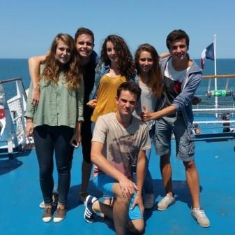 Groupe des jeunes sur le ferry