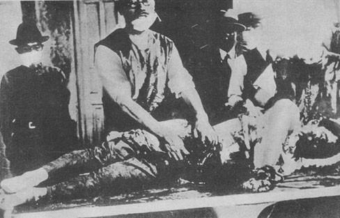 Shiro Ishii examinando las vísceras de un prisionero atado y sin anestesiar.