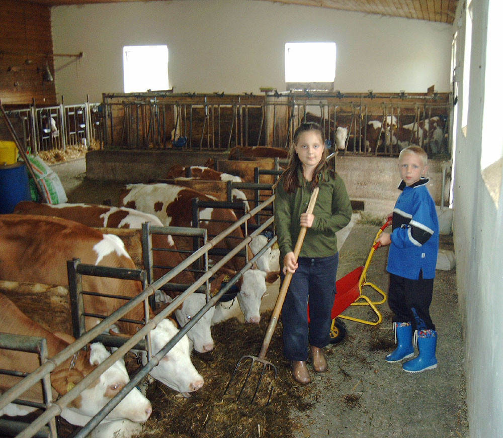 Die Kinder helfen gerne bei der Stallarbeit mit
