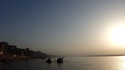 ガンジス河に昇る朝日