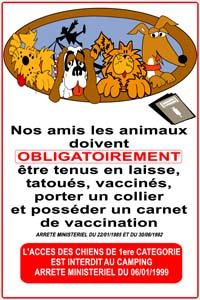 panneau avec texte nos amis les animaux doivent obligatoirement être tenus en laisse, tatoués, vaccinées, porter un collier et posséder un carnet de vaccination avec dessins de chiens