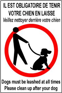 Panneau en Français et Anglais. Il est obligatoire de tenir votre chien en laisse. Veuillez nettoyer derrière votre chien