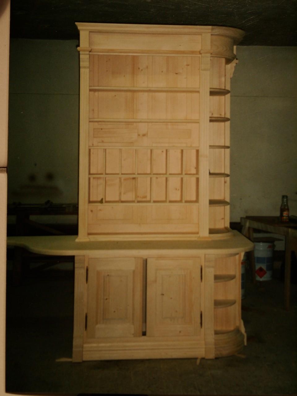 Tresenschrank mit offenen Regalelementen