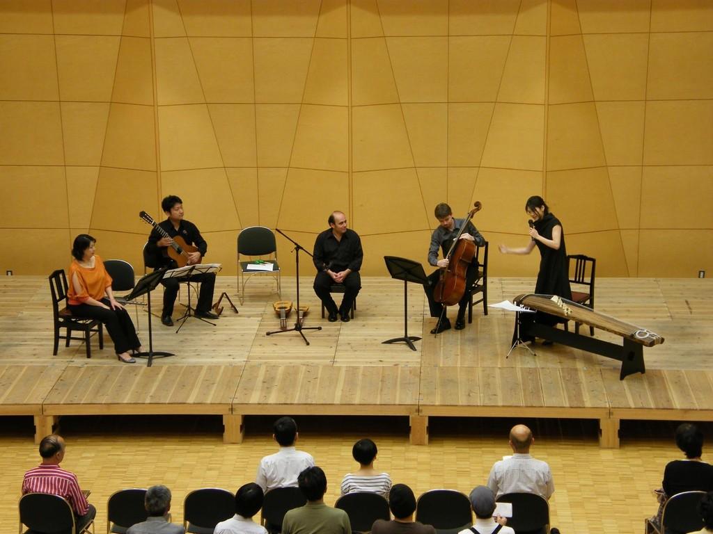それぞれの楽器の開放絃のチューニングについて 音の並びが、kotoは客席側から↗×13 チェロとギターも左からcelloは↗×4 guitar×6 チャランゴはジグザグ↗↘↗↘↗ で面白くないですか?って話しました