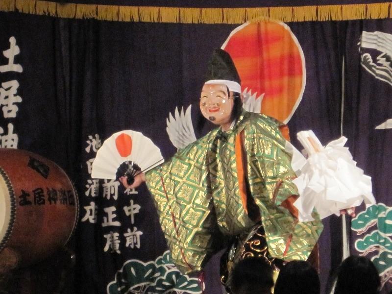 夜、廣瀬神社へ神楽を見に行きました。お餅を6つもゲットしたわ むふふ。