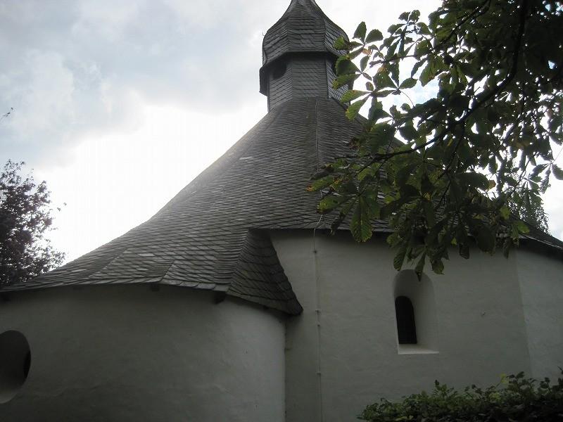コンサート会場はこのとても小さな教会。歴史を感じるって言ったら、1200年以上も前の教会だとか。
