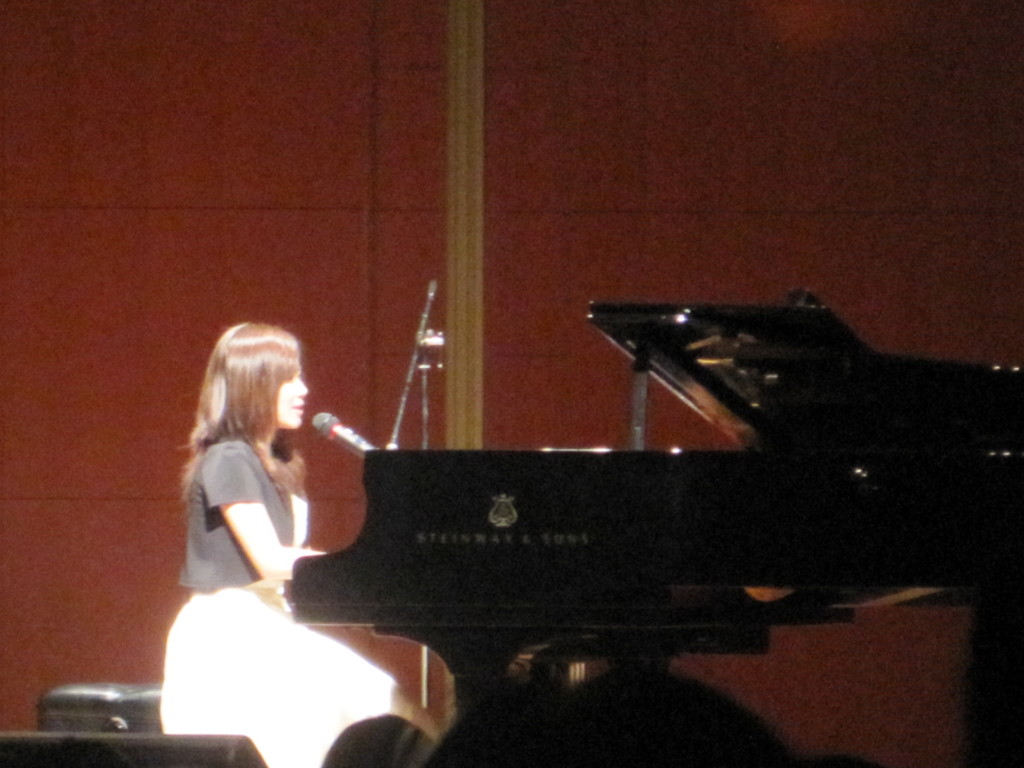 スタンウェイでの弾き歌いも、ピアニストも同然のような幅広い音色で素晴らしかった~~~