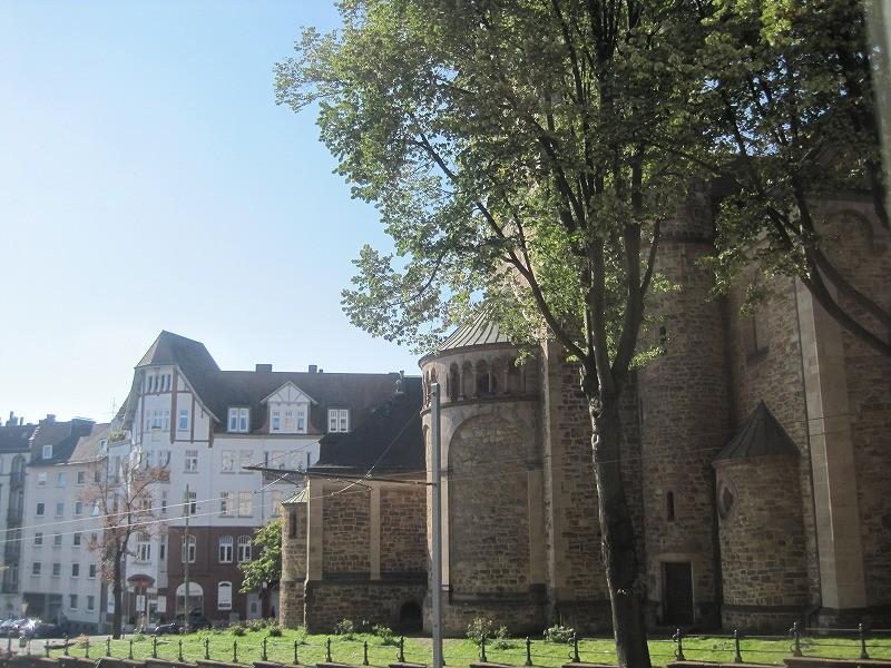 ホセファミリーはあのこんにちピープルが集まっていたお城(教会?)の目の前に住んでいます。