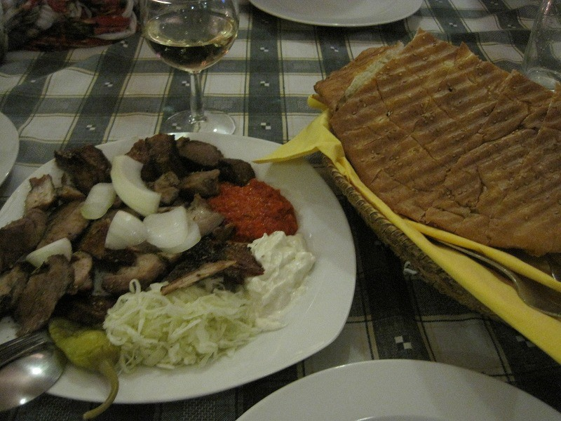 ディエゴとサンドラの友達、ペティーと3人でギリシャ料理を初めて食す。牛肉はとっても美味。あとは・・・・・・