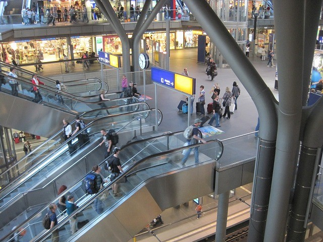 ベルリンの駅は広いです。