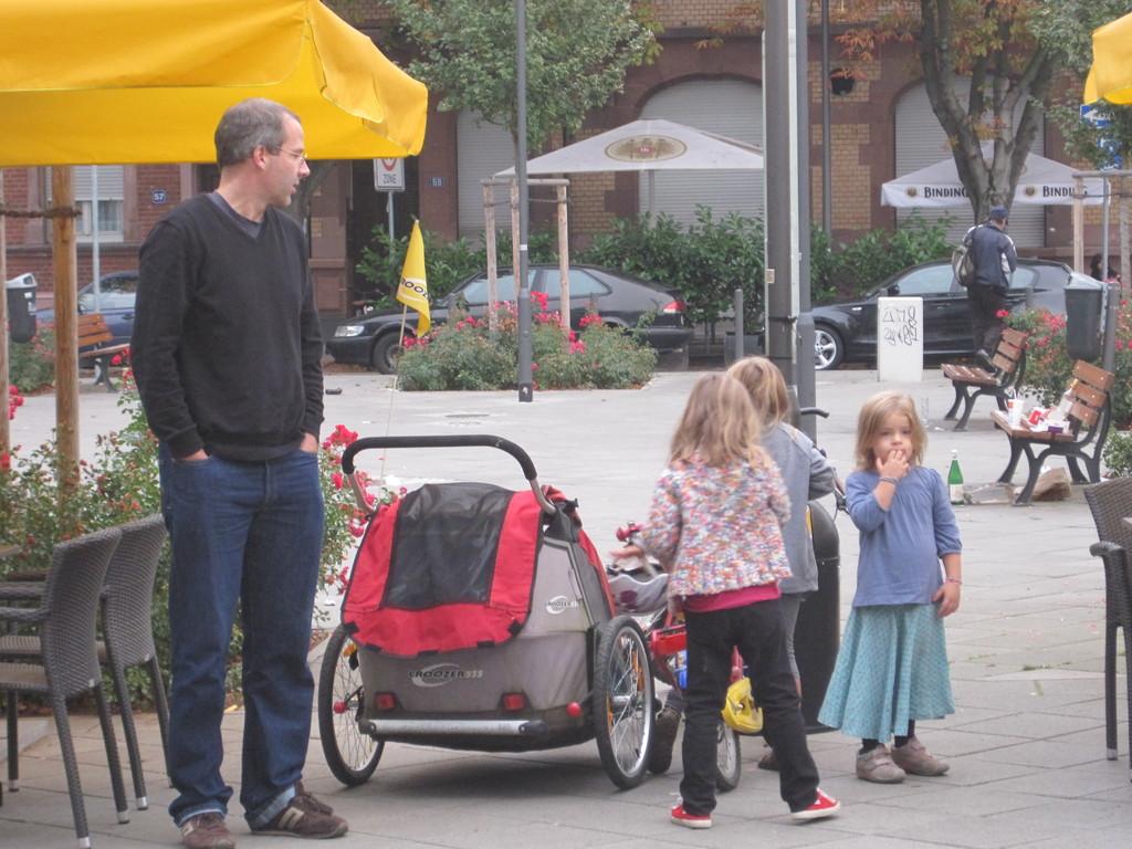 自転車の後ろに赤いベビーカーが着いてるんですっ