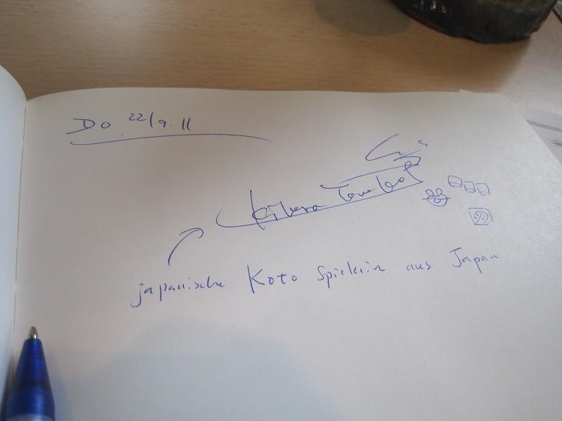 なんかシュビアート歴史記念館みたいなところのおじちゃんにサインしてって言われて書きました(笑)