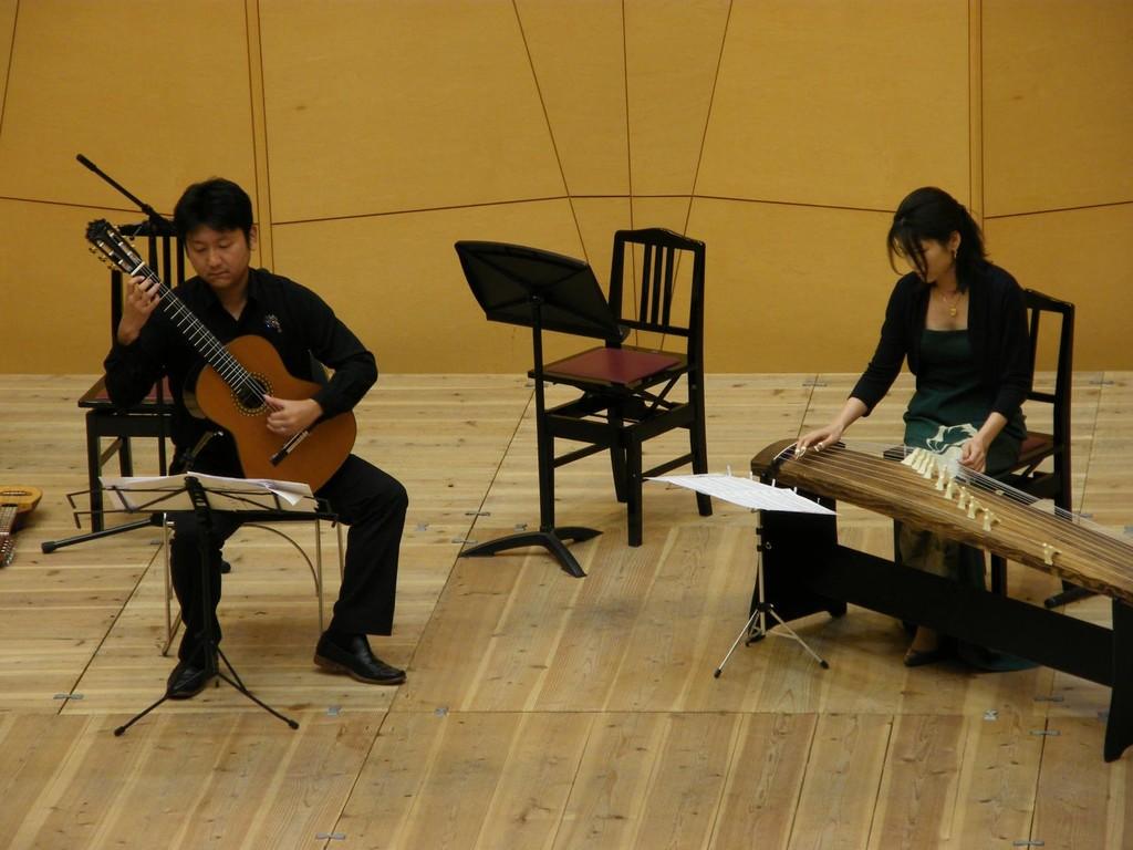 武満徹 ヒロシマという名の少年 guitar duoをguitarと箏で演奏しました。