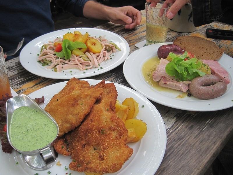 でたぁあ。ドイツ料理、シュニッツェル。豚肉をトントンたたいた薄いトンカツです。緑のハーブソースがとってもおいしかった~。