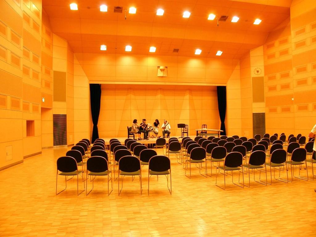 舞台と椅子は、トミーと学生さんたちがセットしてくれました。