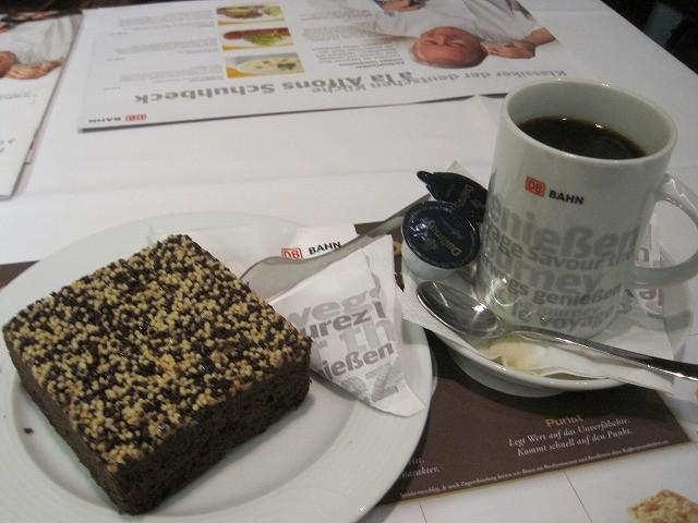 帰りのDB(どいちゅばん・電車)またカフェへ(笑)向かいに座ってたお姉さんがおいしそうなケーキを食べてて、つられて私も頼んでしまいました。