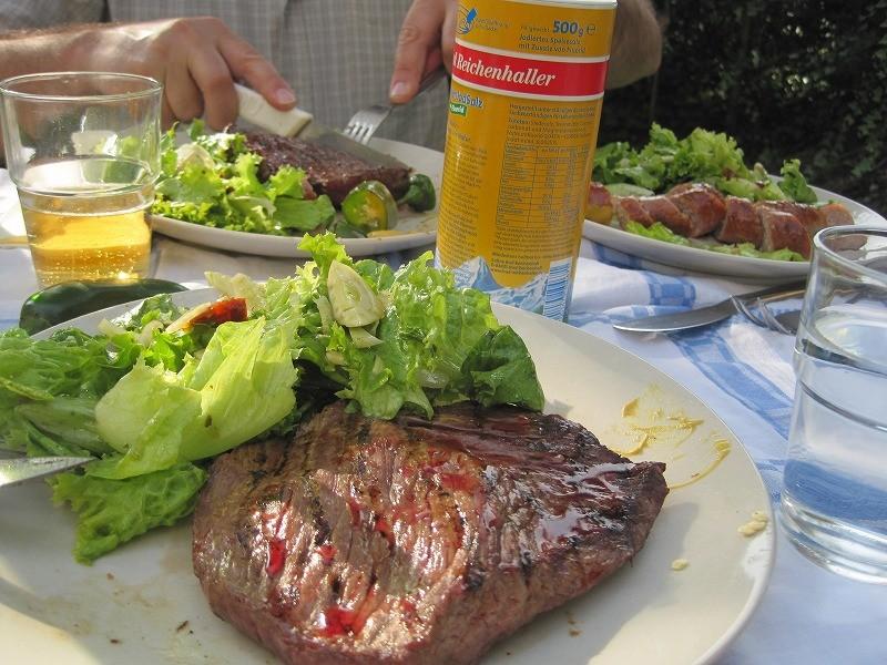 これも食べて~ 更にラム肉を食べようと言われ、一口食すが、もう入らず。。。