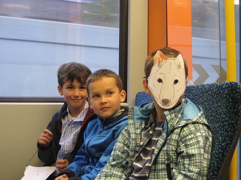 電車に乗るなりディエゴはチャランゴを弾く。ちょっとびっくり。けどみんな興味津々でノリノリである。子どもたちも大喜び!