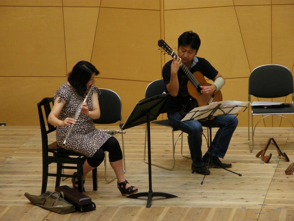 Keiko Mandai (flute) Toshimitsu Kamigaichi (guitar)