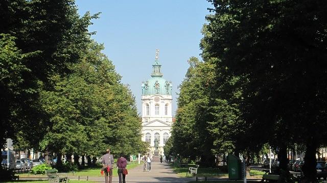 翌朝。お昼にクラシックギターでベルリンに留学してるつっちーこと土橋くんとランチのお約束。それまで午前中、お散歩に連れてってくれました。