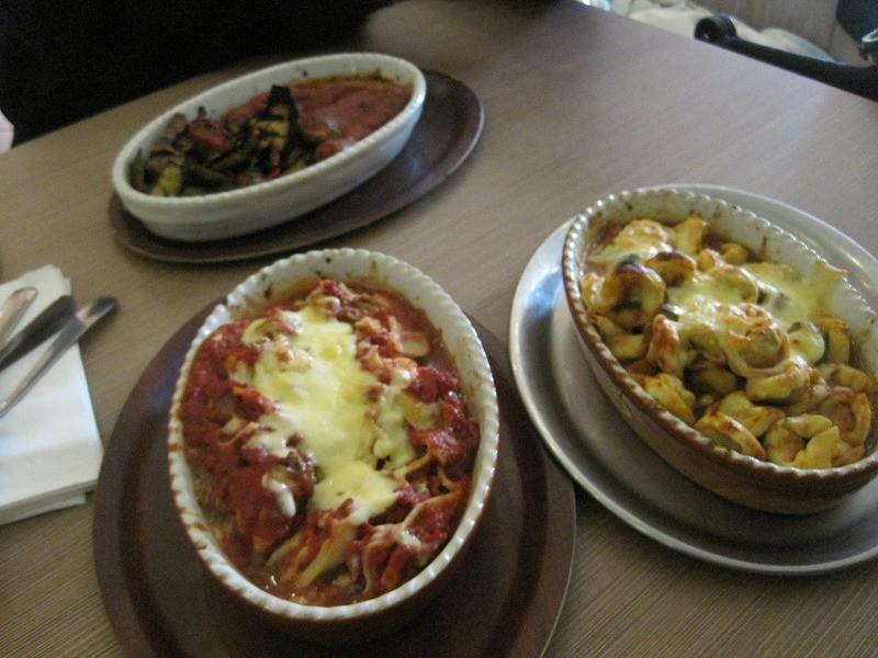 近くのイタリアンレストランでランチ ラザニア、食べきれず。