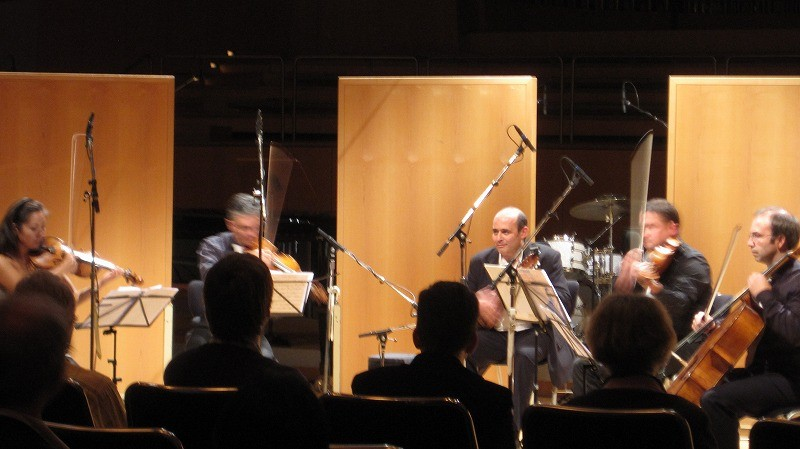 ディエゴは彼が書いたオリジナル曲を弦楽四重奏と共に演奏。
