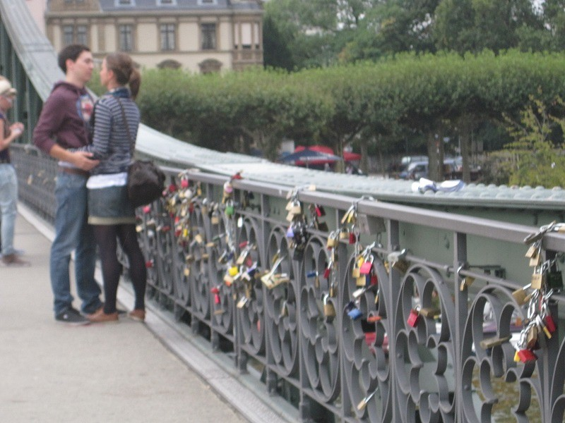 橋にはたくさんの鍵が。友達、恋人、または自分自身の何か信じるものとか絆を象徴してここにロックするらしい。