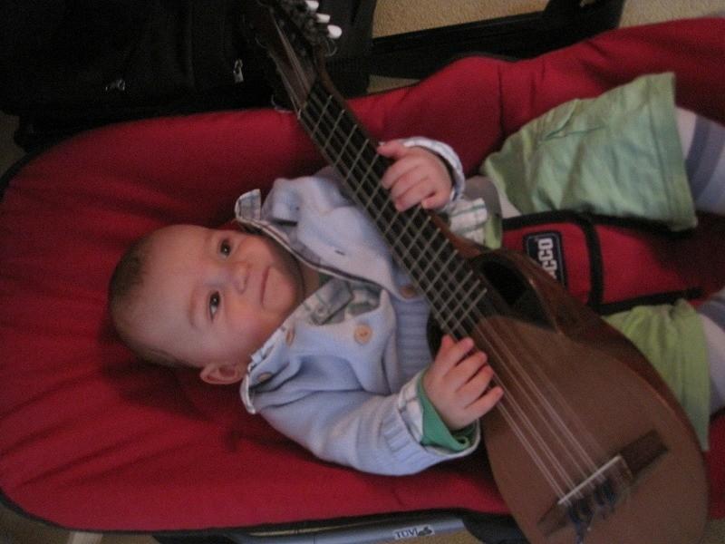 フェデリコはまだ6か月ですが、既にチャランゴが弾けます!