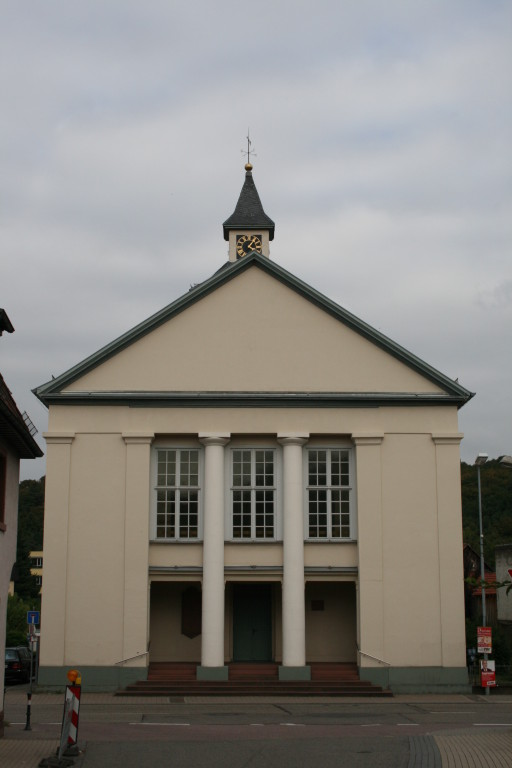 Frontansicht der Kirche