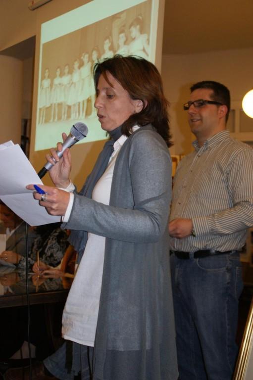Carme Clarós, vicepresidenta de l'Associació d'Antics Alumnes Arrels, presenta l'acte.