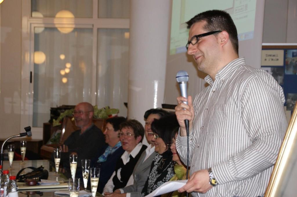 Javi Cortés, president de l'Associació, introdueix el brindis pels 50 anys de l'Escola