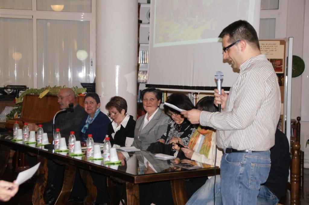 Javier Cortés, president de l'Associació d'Antics Alumnes Arrels, presenta els professors que presideixen.