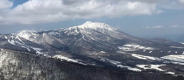 サンシャインリフトを下りて山頂付近にて。午後、岩手山にかかっていた雲が飛んでいきました。絶景なり。