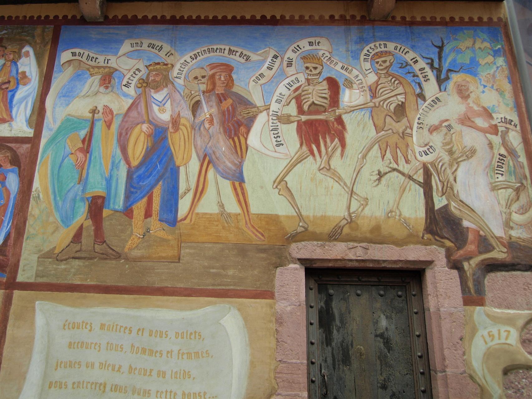 Fresque actuelle de la danse macabre à l'arrière de l'église.