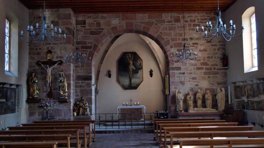 A gauche : statues de la Vierge et de Saint Jean