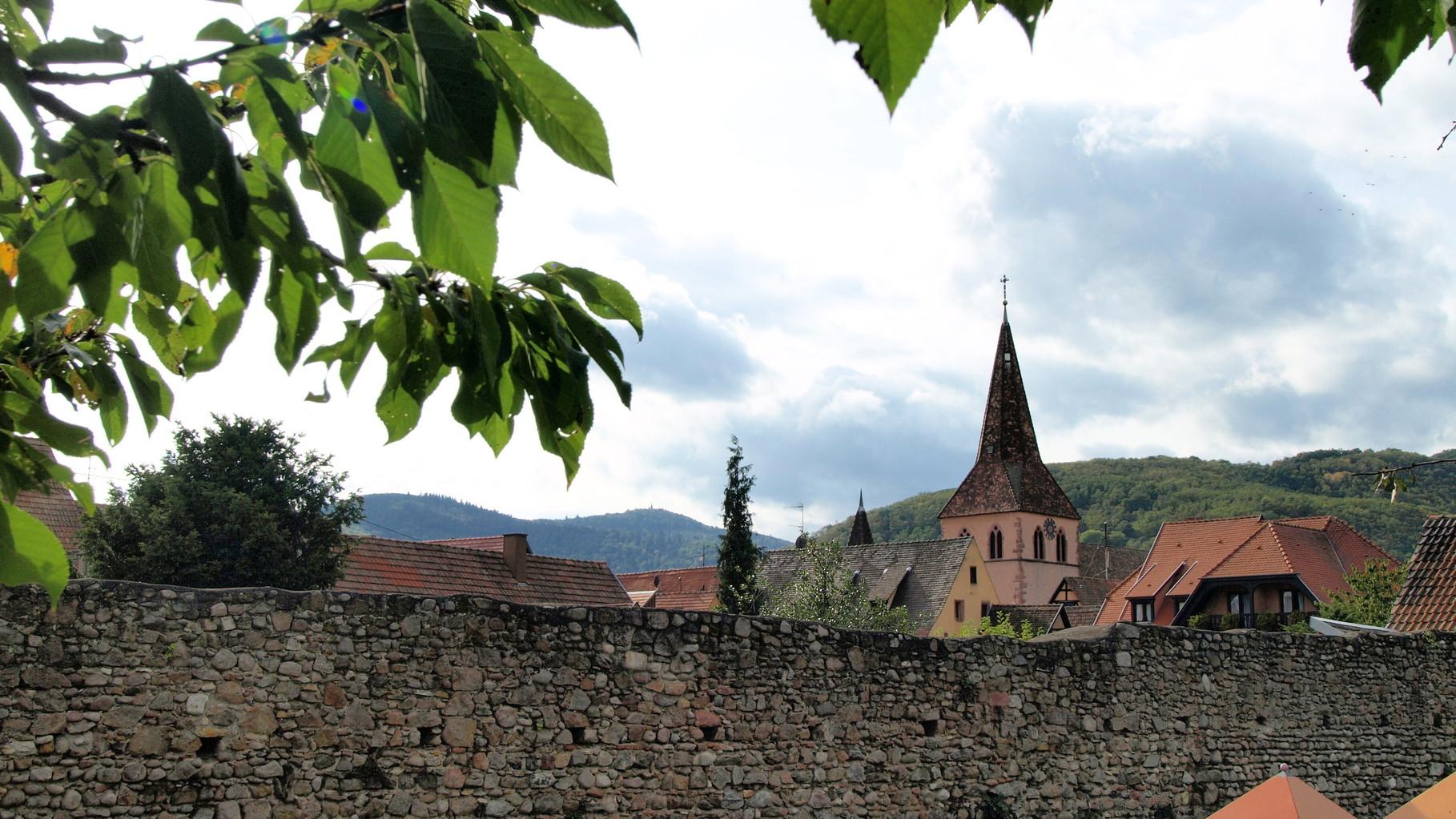 Eglise de Kientzheim cachée derrière les remparts.
