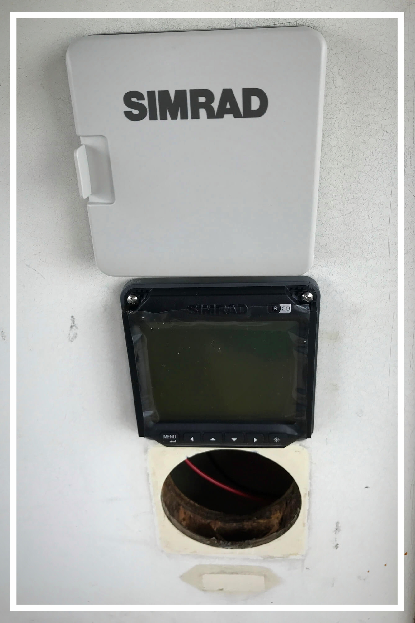 zwei neue Navigation Instruments (Simrad) in der Plicht installiert
