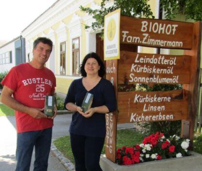 Herbert und Petra Zimmermann vor ihrem Ab Hof Verkauf in Oberkreuzstetten. Sie produzieren ihre Lebensmittel in Bio-Qualität.