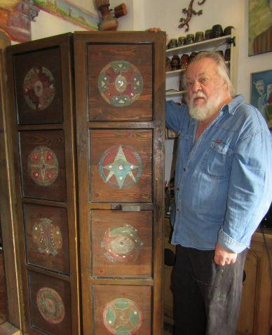 Maßanfertigung für die Küche: Peter Christ mit seiner Falttüre, an der er eine gute Woche gearbeitet hat.