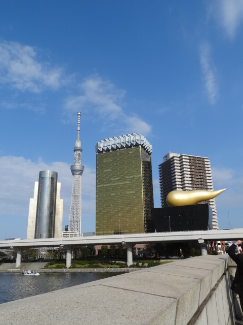 吾妻橋からの東京スカイツリー 建物は左から墨田区役所、アサヒビール本社、アサヒビール吾妻橋ホール