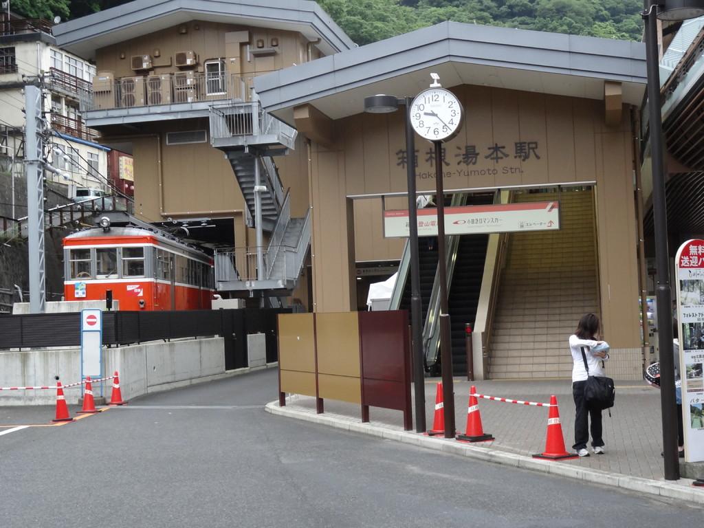 新装なった箱根湯本駅と箱根湯本登山電車モハ1形