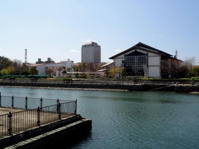 右は県立武道館、中央がホテルクレメント、左が内町小学校