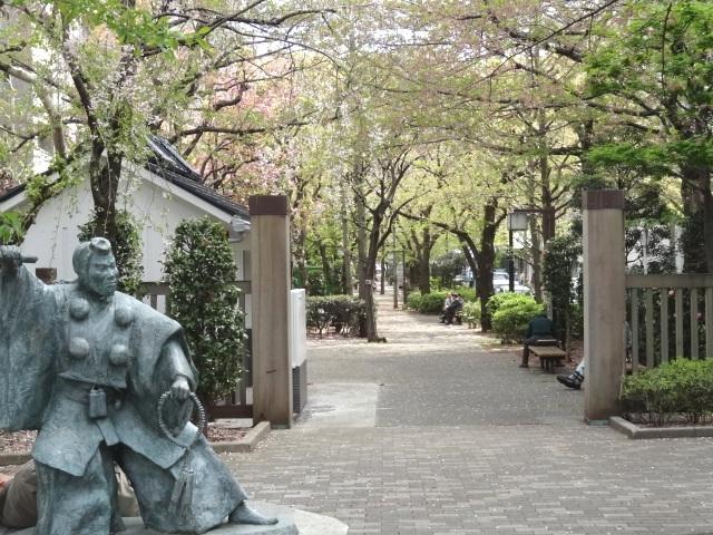 浜町緑道の「弁慶像」、やはり演劇の町ですね。