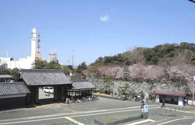 鷲の門とNHK徳島放送局ビル